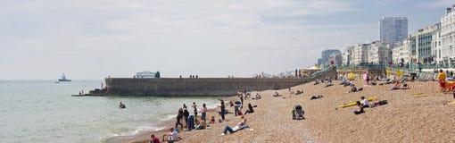 La gente disfruta de un día soleado en la playa de Brighton Foto de archivo libre de regalías