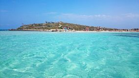 La gente disfruta de un día soleado en la playa de Nissi, Chipre Fotografía de archivo libre de regalías