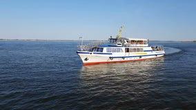 La gente disfruta de un paseo del río en la nave blanca almacen de video
