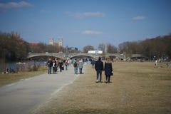 La gente disfruta de una tarde caliente de la primavera del invierno en Munich foto de archivo libre de regalías