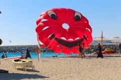 La gente disfruta de verano en la playa de Dubai Foto de archivo libre de regalías
