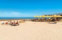La gente disfruta del día de primavera soleado en la playa del golfo del mar Báltico en el centro turístico de Jurmala, Letonia Imagenes de archivo