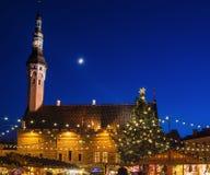 La gente disfruta del mercado de la Navidad en Tallinn Fotos de archivo libres de regalías