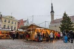 La gente disfruta del mercado de la Navidad en Tallinn Foto de archivo