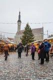 La gente disfruta del mercado de la Navidad en Tallinn Imagen de archivo libre de regalías