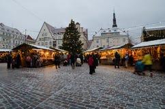 La gente disfruta del mercado de la Navidad en Tallinn Foto de archivo libre de regalías
