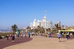 La gente disfruta del paseo de la madrugada en frente de la playa Fotografía de archivo libre de regalías