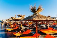 La gente divertendosi in acqua e rilassandosi nella stazione balneare di Mamaia al Mar Nero in Romania immagine stock