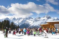La gente divertendosi alla casetta nella neve Immagini Stock