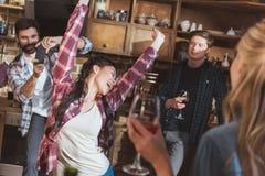 La gente divertendosi a casa partito Fotografia Stock