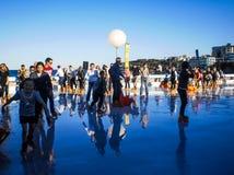 La gente divertendosi con il pattinaggio su ghiaccio Immagini Stock Libere da Diritti