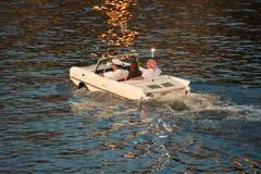 La gente divertendosi giro d'annata acquatico dell'automobile alle primavere di Disney nell'area di Buena Vista del lago fotografia stock