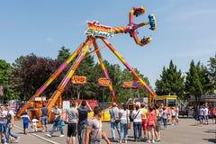 La gente divertendosi nel parco di divertimenti Fotografia Stock Libera da Diritti