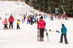 La gente divertendosi sulla località di soggiorno del cielo della montagna di Snowy Immagini Stock Libere da Diritti