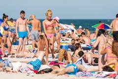 La gente divertendosi sulla spiaggia di Costinesti Fotografia Stock