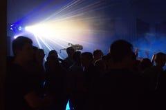 La gente divertendosi in una discoteca Effetto della sfuocatura Immagini Stock