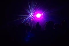 La gente divertendosi in una discoteca Effetto della sfuocatura Fotografie Stock