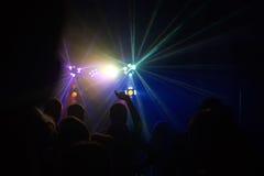 La gente divertendosi in una discoteca Effetto della sfuocatura Immagini Stock Libere da Diritti