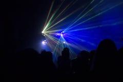 La gente divertendosi in una discoteca Effetto della sfuocatura Fotografia Stock Libera da Diritti