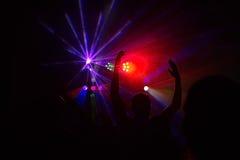 La gente divertendosi in una discoteca Effetto della sfuocatura Fotografia Stock