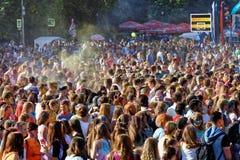 la gente durante il festival dei colori Holi Fotografie Stock Libere da Diritti