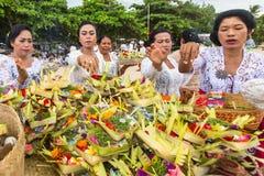 La gente durante il rituale di Melasti Fotografie Stock