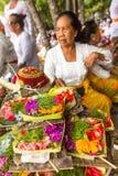 La gente durante il rituale di Melasti - uno dei rituali più importanti di Bali è stato significato come il rituale Fotografie Stock