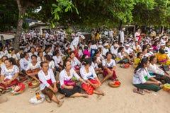 La gente durante il rituale di Melasti - uno dei rituali più importanti di Bali è stato significato come il rituale Immagine Stock