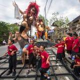La gente durante la celebrazione prima di Nyepi - giorno di balinese di silenzio Immagini Stock