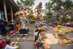 La gente durante la celebrazione prima di Nyepi - giorno di balinese di silenzio Il giorno Nyepi inoltre è celebrato come nuovo a Fotografia Stock Libera da Diritti