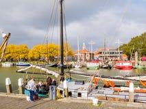 La gente e barca a vela tradizionale in porto esterno di Enkhuizen, Olanda Settentrionale, Paesi Bassi fotografia stock