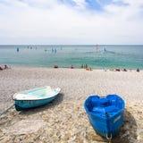 La gente e barche sulla spiaggia urbana in Etretat Immagini Stock Libere da Diritti