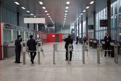 La gente e cancelli girevoli a EICMA 2013 a Milano, Italia Fotografie Stock