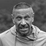 La gente e concetto di stile di vita Uomo non rasato di mezza età all'aperto, fine emozionale del ritratto su Rebecca 36 Fotografia Stock Libera da Diritti