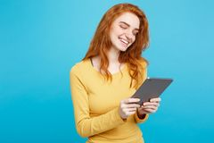 La gente e concetto di tecnologia - sorridere felice del ritratto della giovane bella dello zenzero ragazza tenera attraente alta Fotografia Stock