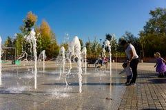 La gente e fontana immagine stock