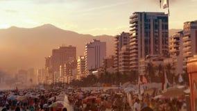 La gente e gli hotel nel tramonto a Ipanema tirano Fotografie Stock Libere da Diritti