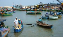 La gente e merci del trasporto in barca di legno al habor Immagini Stock