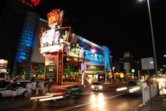 La gente e traffico di scena di notte di Cancun Fotografia Stock