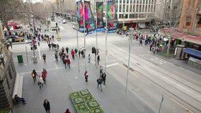 La gente e traffico in un'intersezione occupata video d archivio