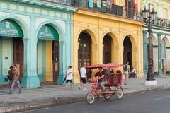 La gente e traffico in una via variopinta a Avana Immagini Stock Libere da Diritti