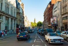 La gente e traffico a Whitehall a Londra Fotografie Stock