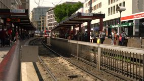 La gente e treni che arrivano e che partono dalla stazione del U-granaio di Heumarkt, Colonia stock footage