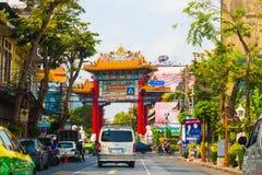 La gente e veicoli in via della città di Bangkok immagini stock libere da diritti