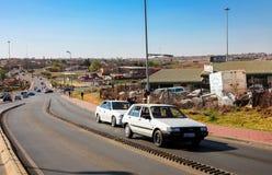 La gente e vie a Soweto urbana Sudafrica Immagine Stock