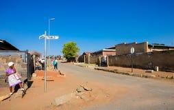 La gente e vie a Soweto urbana Sudafrica Fotografia Stock