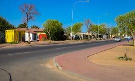 La gente e vie a Soweto urbana Sudafrica Immagini Stock