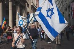 La gente ebrea che partecipa al giorno di liberazione sfoggia a Milano Immagine Stock