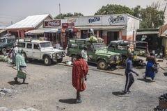 La gente ed automobili sulla strada Fotografia Stock