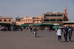 La gente in EL-Fna di Jemaa, quadrato principale di Marrakesh, Marocco fotografie stock libere da diritti